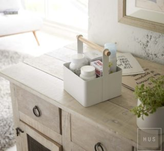 Caja metálica con manija de madera
