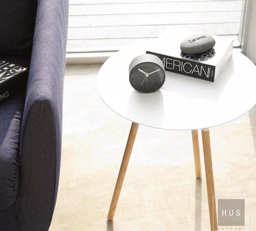 Mesa adicional metálica con patas diseño japones de la Linea Plain blanca