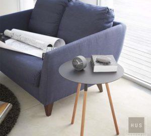 Mesa adicional metálica con patas es un diseño japones de la Linea Plain negro