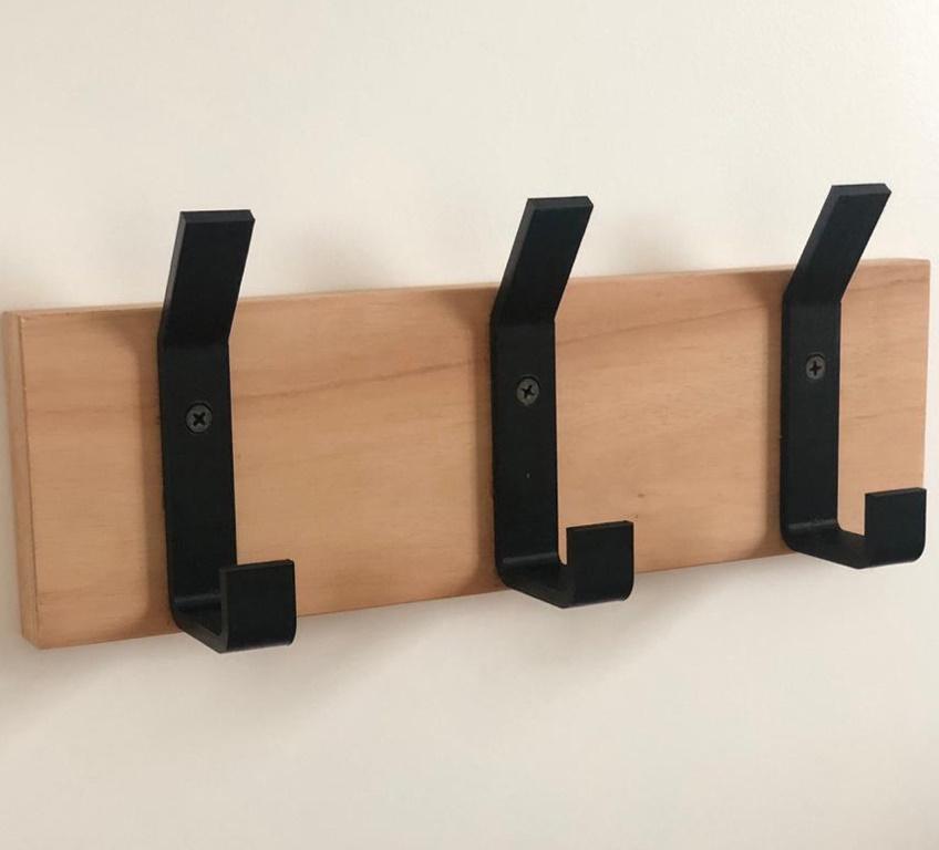 Perchero de pared con 3 perchas